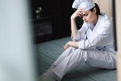 cozinheiro chefe triste que senta-se no assoalho fotografia de stock royalty free