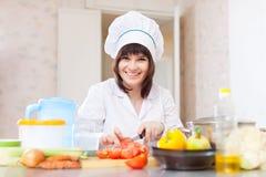 Cozinheiro com aipo na placa de corte Foto de Stock Royalty Free