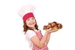 Cozinheiro da menina com as asas de galinha roasted Imagens de Stock Royalty Free