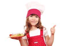 Cozinheiro da menina com espaguetes Fotos de Stock Royalty Free