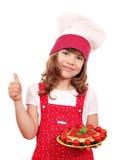 Cozinheiro da menina com espaguetes e polegar acima Fotografia de Stock