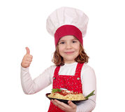 Cozinheiro da menina com o polegar ascendente e os espaguetes Fotografia de Stock