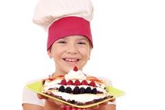 Cozinheiro da menina com os crepes doces na placa Fotos de Stock Royalty Free