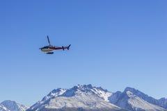 COZINHEIRO DA MONTAGEM DE AORAKI, NOVA ZELÂNDIA 16 DE ABRIL DE 2014; Helicóptero não identificado que voa sobre a ilha sul surpre Fotografia de Stock