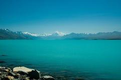 Cozinheiro da montagem e lago Tekapo em um dia ensolarado Imagens de Stock