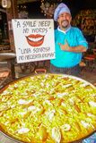 Cozinheiro de uma grande bandeja do paella foto de stock royalty free
