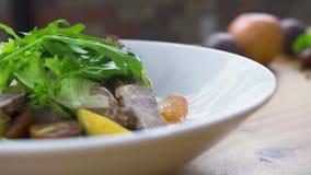 Cozinheiro do cozinheiro chefe que decora a salada vegetal no restaurante luxuoso Projeto do alimento e conceito da composição Pr filme
