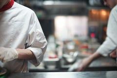 Cozinheiro do cozinheiro chefe do restaurante que prepara o alimento de mar na cozinha aberta no restaurante imagens de stock