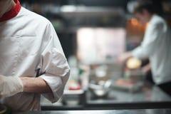 Cozinheiro do cozinheiro chefe do restaurante que prepara o alimento de mar na cozinha aberta no restaurante foto de stock royalty free