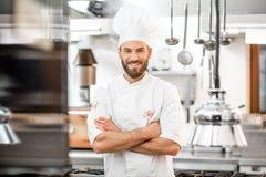 Cozinheiro do cozinheiro chefe na cozinha fotos de stock royalty free