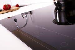 Cozinheiro do fogão da indução na cozinha. foto de stock