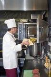Cozinheiro e forno Imagem de Stock Royalty Free