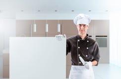 Cozinheiro em uma cozinha com PLACA rendição 3D e foto De alta resolução Imagens de Stock Royalty Free