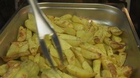 Cozinheiro Gets Potatoes do close up da prontidão do forno e das verificações vídeos de arquivo