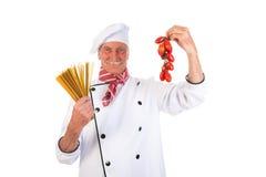 Cozinheiro italiano com massa e tomates Fotografia de Stock