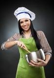 Cozinheiro latino-americano da mulher com potenciômetro Fotografia de Stock Royalty Free