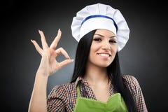 Cozinheiro latino-americano da mulher que faz o sinal aprovado Fotos de Stock Royalty Free