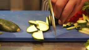 Cozinheiro macro Hands Cut Zucchini às fatias finas na tabela vídeos de arquivo