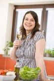 Cozinheiro - mais a mulher do tamanho com vinho branco e salada fotos de stock
