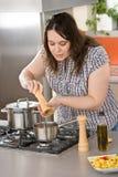 Cozinheiro - mais a mulher do tamanho que prepara o alimento italiano Fotos de Stock Royalty Free