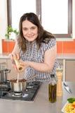 Cozinheiro - mais a mulher feliz do tamanho com alimento italiano Imagem de Stock Royalty Free