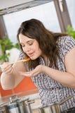 Cozinheiro - mais o molho de tomate do gosto da mulher do tamanho imagem de stock