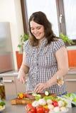 Cozinheiro - mais o salami e o vegetal do corte da mulher do tamanho Fotos de Stock Royalty Free