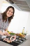 Cozinheiro - mais peixes da grade da mulher do tamanho na cozinha fotos de stock