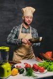Cozinheiro masculino do cozinheiro chefe que prepara refeições em uma bandeja Imagem de Stock Royalty Free