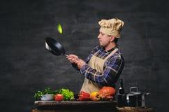 Cozinheiro masculino do cozinheiro chefe que prepara refeições em uma bandeja Fotos de Stock