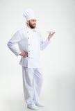 Cozinheiro masculino feliz do cozinheiro chefe que está com placa Imagens de Stock