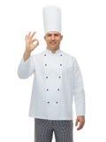 Cozinheiro masculino feliz do cozinheiro chefe que mostra o sinal aprovado Foto de Stock
