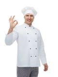 Cozinheiro masculino feliz do cozinheiro chefe que mostra o sinal aprovado Imagens de Stock Royalty Free
