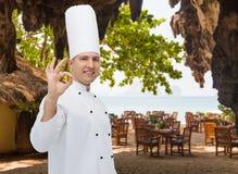 Cozinheiro masculino feliz do cozinheiro chefe que mostra o sinal aprovado Imagem de Stock Royalty Free