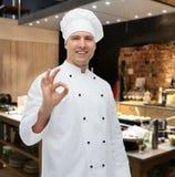 Cozinheiro masculino feliz do cozinheiro chefe que mostra o sinal aprovado Fotos de Stock