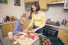Cozinheiro n das meninas da irmã a cozinha 12 Imagens de Stock