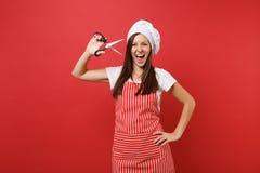 Cozinheiro ou padeiro fêmea do cozinheiro chefe da dona de casa em avental listrado, t-shirt branco, chapéu dos cozinheiros chefe imagem de stock