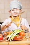 Cozinheiro pequeno positivo com duas facas Fotografia de Stock Royalty Free