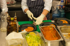 Cozinheiro Preparing Plates na cozinha do restaurante Imagens de Stock Royalty Free