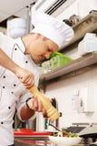 Cozinheiro principal novo no restaurante imagem de stock