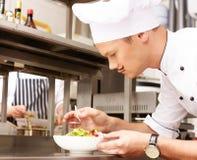 Cozinheiro principal novo no restaurante imagens de stock