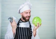 cozinheiro profissional do cozinheiro chefe na cozinha do restaurante vegetariano Vitamina da dieta culin?ria culin?ria Transport foto de stock royalty free