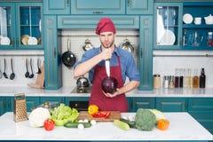 Cozinheiro profissional O cozinheiro chefe ensina como rapidamente vegetais da costeleta O alimento da costeleta com segurança e  fotografia de stock royalty free