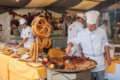 Cozinheiro profissional que cozinha durante o festival de Spancirfest Foto de Stock Royalty Free
