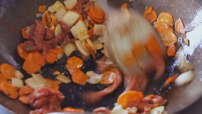 Cozinheiro profissional que frita vegetais e carne no festival do alimento da rua Processo de cozinhar o fim acima vídeos de arquivo