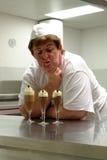 Cozinheiro que apresenta sobremesas fotografia de stock royalty free