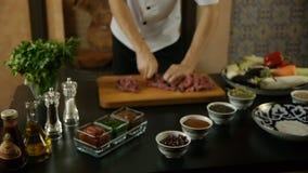 Cozinheiro que corta a carne vermelha vídeos de arquivo