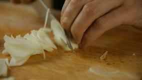 Cozinheiro que desbasta a cebola video estoque
