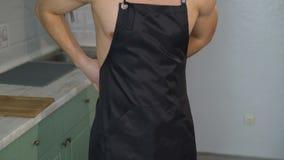 Cozinheiro 'sexy' que veste um avental video estoque