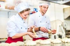 Cozinheiros chefe de pastelaria no trabalho foto de stock